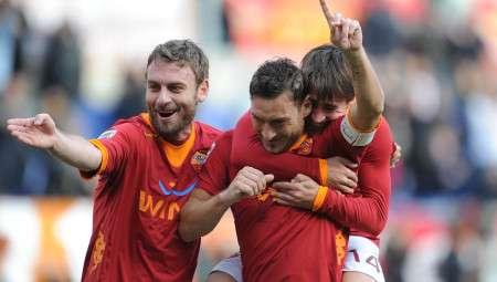 francesco totti esulta dopo il goal roma 08/01/2012 campionato di calcio serie a 2011-2012 roma-chievo foto alberto fornasari